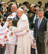 """El papa Francisco llegó a Colombia para """"ayudar en el camino de la paz"""""""