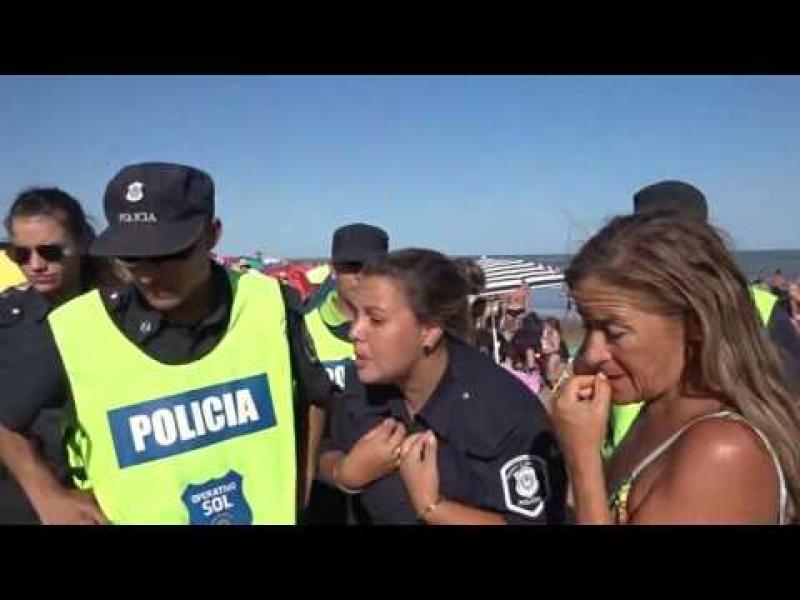 Mujeres son echadas de la playa por hacer topless