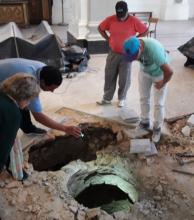 Descubren un pozo en el piso de la catedral goyana
