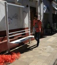 Inician la instalación de refugios en las paradas de colectivos de la calle Salta