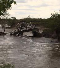 Piden retirar restos del puente caído en Ruta 12 para que drene el agua