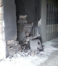Por falla eléctrica, se incendió el ingreso de un edificio céntrico