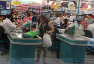 Según el Indec, las ventas en los súper cayeron 1,2% y en los shopping 5,1%