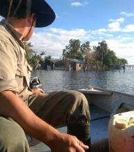 La asistencia llega a los pobladores en las zonas aisladas a través del agua