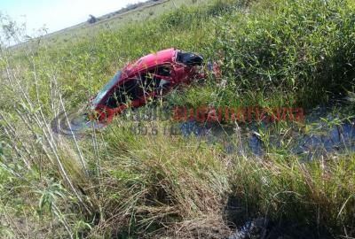 Un joven falleció al salir despedido de un automóvil que se despistó y volcó