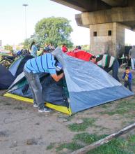 Policías y penitenciarios inician cuartodía de acampe bajo el puente Belgrano