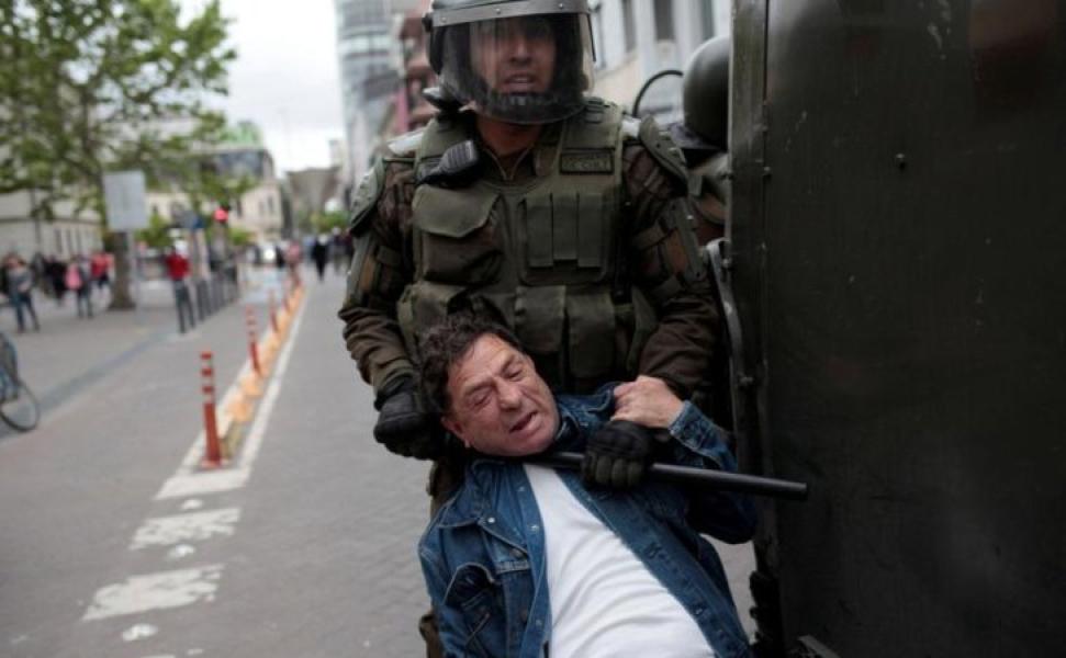 manifestante-carabinero-chile.jpg