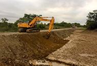 Realizan trabajos previos a la construcción de las defensas de hormigón