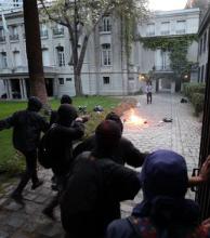 Violentos manifestantes por Maldonado destrozaron la embajada argentina en Chile