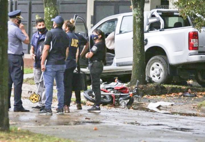Con su auto persiguió a dos ladrones en una moto, los chocó y mató